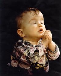 Niñito orando con fe
